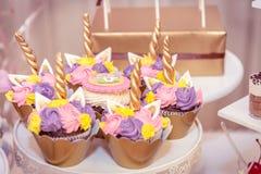 Bunte festliche kleine Kuchen auf Tabelle stockfoto