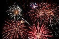 Bunte Feuerwerke über einem nächtlichen Himmel Lizenzfreies Stockbild
