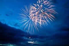 Bunte Feuerwerke auf dem blauen bewölkten Himmel Lizenzfreie Stockfotos