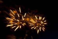 Bunte Feuerwerke auf dem Himmel der dunklen Nacht Stockbild