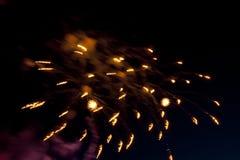Bunte Feuerwerke auf dem Himmel der dunklen Nacht stockfotografie