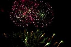 Bunte Feuerwerke auf dem Himmel der dunklen Nacht Stockbilder