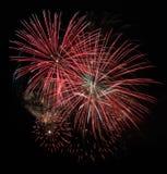 Bunte Feuerwerke auf dem schwarzen Himmel Lizenzfreie Stockfotografie