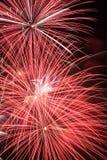 Bunte Feuerwerke auf dem schwarzen Himmel Lizenzfreie Stockfotos