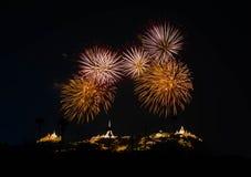 Bunte Feuerwerke auf dem schwarzen Himmelhintergrund Phra Nakhon Khiri Lizenzfreie Stockfotografie
