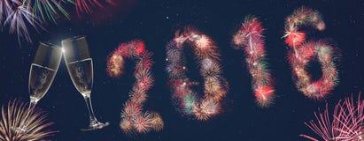 Bunte Feuerwerke 2016 auf dem Silvesterabend Lizenzfreie Stockfotografie