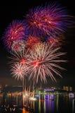 Bunte Feuerwerke auf Pattaya-Stadt Lizenzfreie Stockfotografie