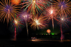 Bunte Feuerwerke des guten Rutsch ins Neue Jahr 2016 auf dem nächtlichen Himmel Lizenzfreie Stockfotografie