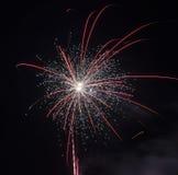 Bunte Feuerwerke des guten Rutsch ins Neue Jahr 2016 auf dem nächtlichen Himmel Stockfotos