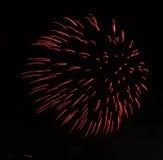Bunte Feuerwerke des guten Rutsch ins Neue Jahr 2016 auf dem nächtlichen Himmel Lizenzfreie Stockbilder