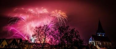 Bunte Feuerwerke des neuen Jahres in Bardejov Stockfotografie