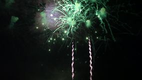 Bunte Feuerwerke an einem schwarzen Himmel stock video footage