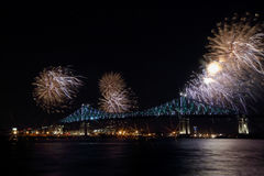 Bunte Feuerwerke explodieren über Brücke 375. Jahrestag Montreal's leuchtender bunter wechselwirkender Jacques C Stockbild