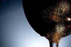 Bunte Feuerwerke gegen das schwarze Schattenbild einer Weinglasnahaufnahme stockfotografie