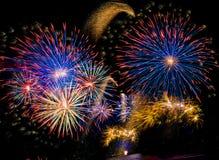 Bunte Feuerwerke im nächtlichen Himmel Stockbild