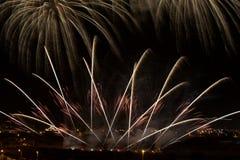Bunte Feuerwerke im schwarzen Hintergrund, künstlerische Feuerwerke in Malta, Malta Feuerwerksfestival Stockfoto