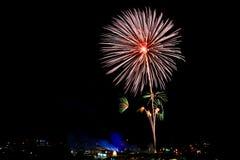 Bunte Feuerwerke leuchten im schwarzen Himmel Stockfotos