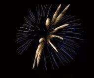 Bunte Feuerwerke lokalisiert im schwarzen Hintergrund, quadratisches Foto, Feuerwerke in Malta, Feuerwerksfestival, lange Belicht Stockfotos