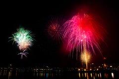 Bunte Feuerwerke mit Stadt auf dem schwarzen Himmel Lizenzfreies Stockbild