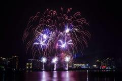 bunte Feuerwerke nähern sich Fluss Stockfotos