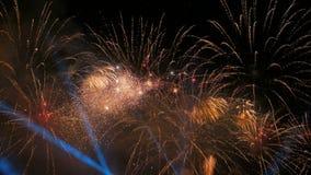 Bunte Feuerwerke nachts stock video