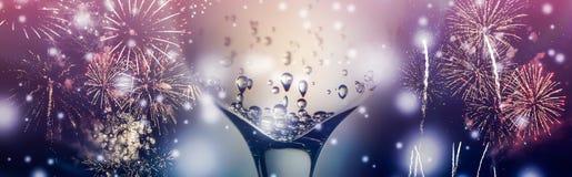 Bunte Feuerwerke und Glas Wein sprudeln Champagner mit Blasennahaufnahme auf dem fallenden Schneehintergrund lizenzfreie stockbilder