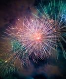 Bunte Feuerwerke von verschiedenen Farben lizenzfreie stockfotografie