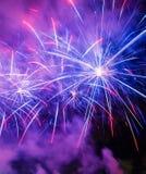 Bunte Feuerwerke von verschiedenen Farben stockfotografie