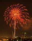 Bunte Feuerwerksexplosion im bewölkten Himmel lizenzfreie stockbilder