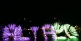 Bunte Feuerwerksexplosion, neues Jahr, erstaunliche Feuerwerke oben lokalisiert im dunklen Hintergrundabschluß mit dem Platz für  Stockfoto