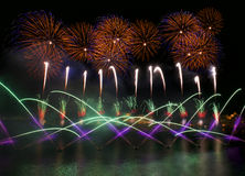 Bunte Feuerwerksexplosion, neues Jahr, erstaunliche Feuerwerke oben lokalisiert im dunklen Hintergrundabschluß mit dem Platz für  Stockbild