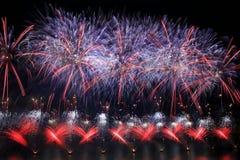 Bunte Feuerwerksexplosion, neues Jahr, Feuerwerke, orange erstaunliche Feuerwerke oben lokalisiert im dunklen Hintergrundabschluß Stockfotos