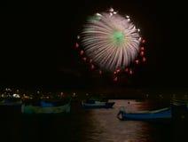 Bunte Feuerwerksexplosion, neues Jahr, Feuerwerke, orange erstaunliche Feuerwerke oben lokalisiert im dunklen Hintergrundabschluß Stockbild