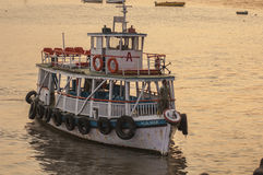 Bunte Fähren nahe dem Zugang nach Indien Stockbilder