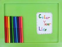 Bunte Filzstifte lokalisiert auf einem grünen Hintergrund Färben Sie Ihr Lebenkonzept Stockfoto