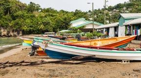 Bunte Fischerboote auf Strand hinter alten Häusern Stockbilder