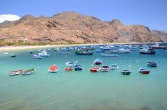 Bunte Fischerboote auf Teresitas setzen auf Teneriffa auf den Strand Stockbild