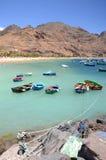 Bunte Fischerboote auf Teresitas setzen auf Teneriffa auf den Strand Lizenzfreie Stockbilder