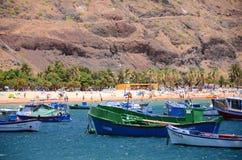 Bunte Fischerboote auf Teresitas setzen auf Teneriffa auf den Strand Stockfotos