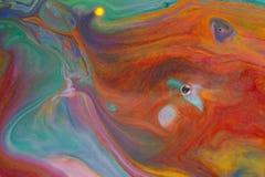 Bunte Flüssigkeiten, die oben unter Wasserabschluß mischen Stockfotos
