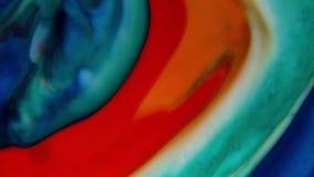 Bunte Flüssigkeiten mischten zusammen zu einer abstrakten Malerei stock video