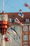 Bunte Flaggen auf altem Segelboot Stockbild