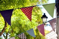 Bunte Flaggen auf den Straßen Stockfotografie