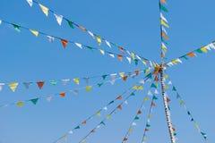 Bunte Flaggen- oder Dreieckflagge auf den Seilen und dem Himmel Lizenzfreie Stockfotografie