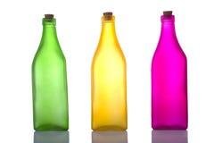Bunte Flaschen auf Weiß stockfoto