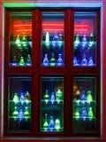 Bunte Flaschendekorationen auf Fenster Stockfotografie