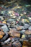 Bunte Flussfelsen lizenzfreie stockfotografie