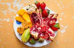 Bunte Früchte auf einer Platte Lizenzfreie Stockfotos