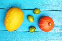 Bunte Früchte im blauen hölzernen Hintergrund Stockbild