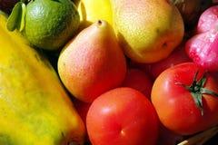 Bunte Früchte im Korb. Lizenzfreie Stockbilder